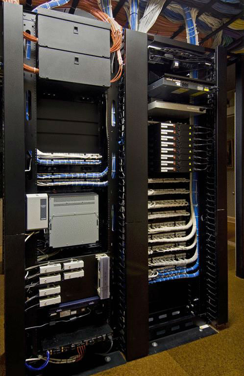 網路佈線、網路設備架構規劃、網路流量管理(多人上網環境必要功能)、監視器線材佈線、通訊視訊線材佈線